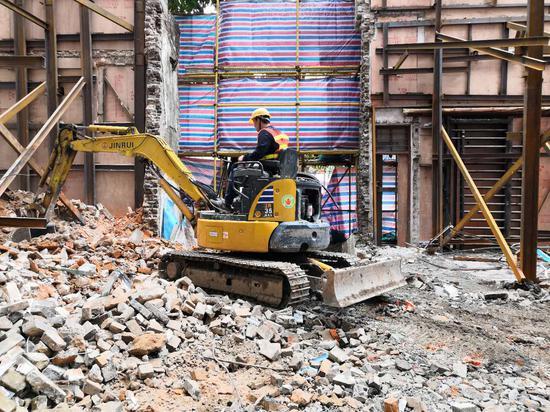列入保护的传统风貌建筑十二甫西街87、89号被拆现场。受访者供图