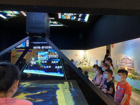学员们通过全息影像了解世界地震与中国地震的概况