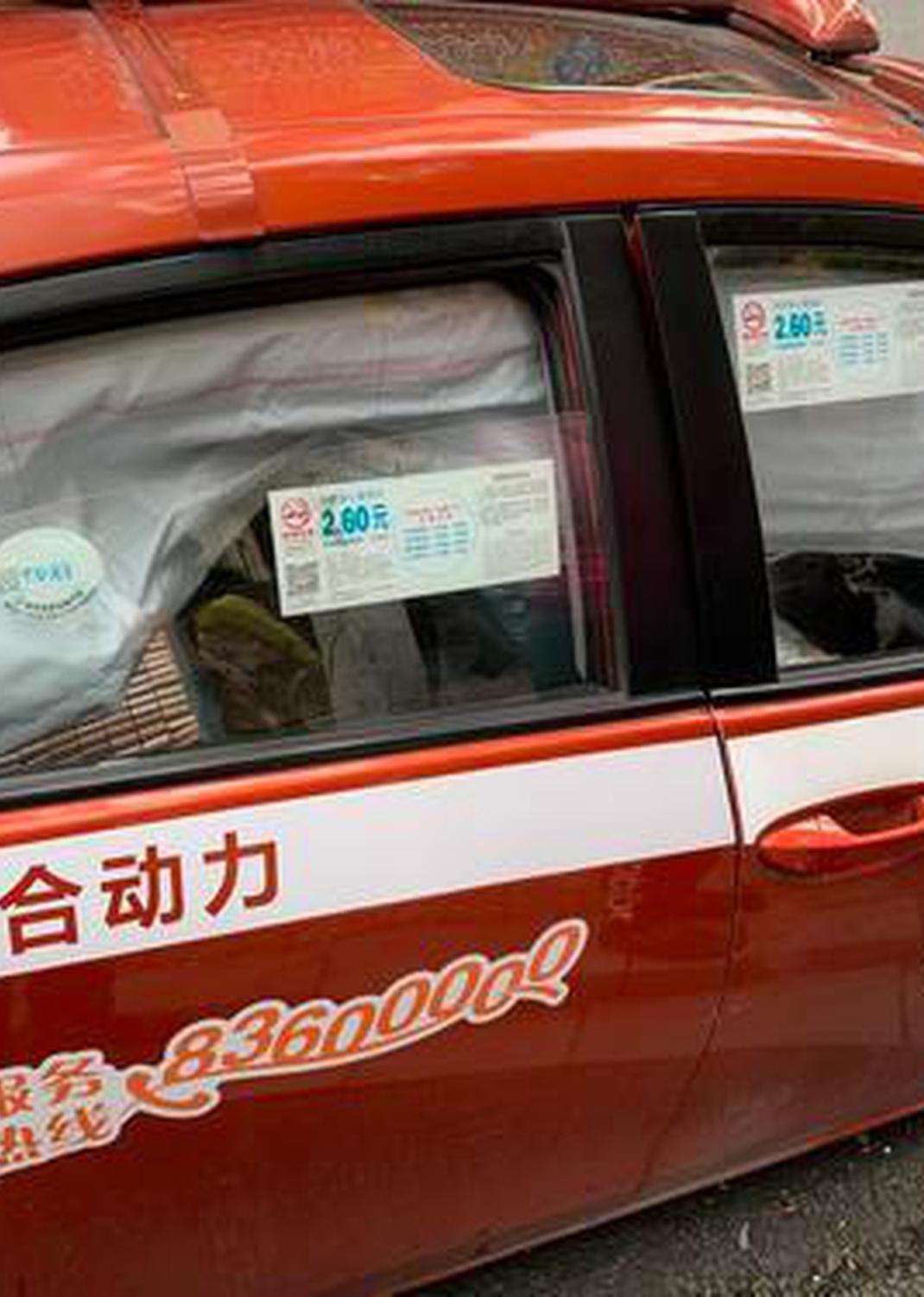 广州一豪车与的士相撞 满地碎片气囊弹出
