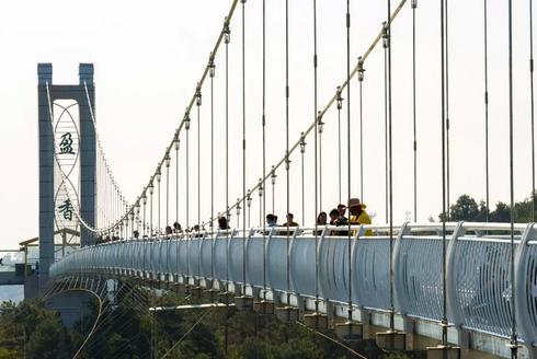 """在""""珠三角九寨沟""""上行走玻璃吊桥"""