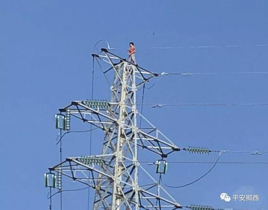 揭阳一男孩爬上高压塔欲轻生 情况十分危急