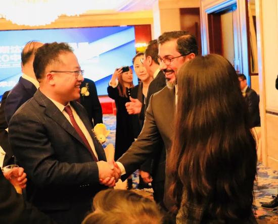 林涛董事长与哈迈德·阿里执行总裁在圆桌会议期间握手致意