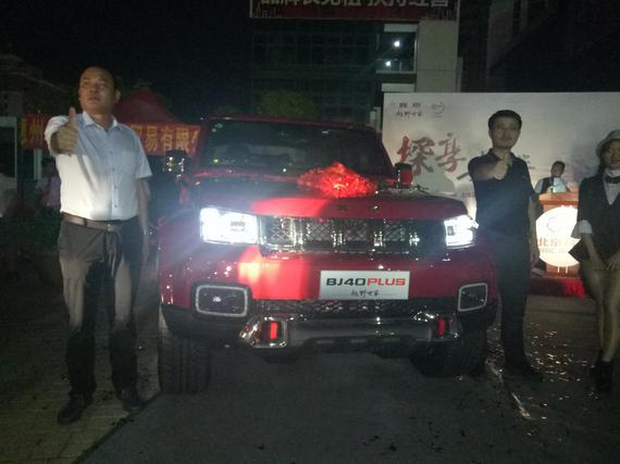 惠州四海北京汽车4S店总经理徐玮鸿先生(左) 北京汽车销售有限公司广东区域负责人张志清先生(右)