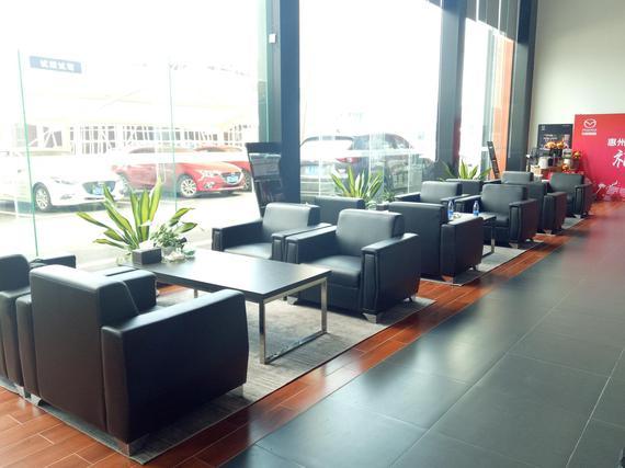 通利华马自达旗舰店是按照最新一代展厅标准布置