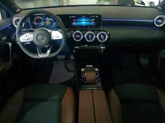 全液晶仪表和中控屏采用一体式设计