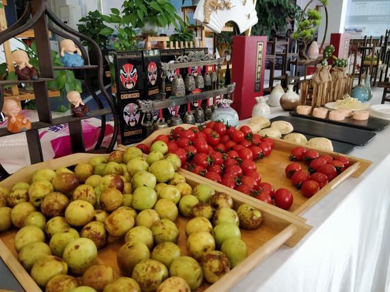 展厅现场准备了水果蛋糕饮料供客户食用