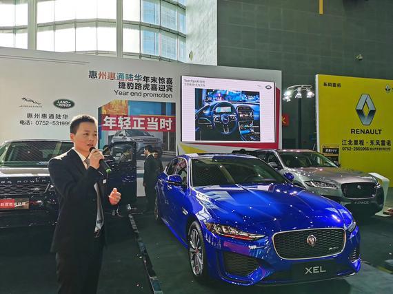 新车亮相后产品经理为客户讲解新车性能