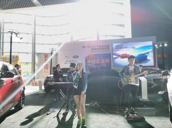 上市会开始前,乐队演唱几首歌曲赢得在场客户的目光