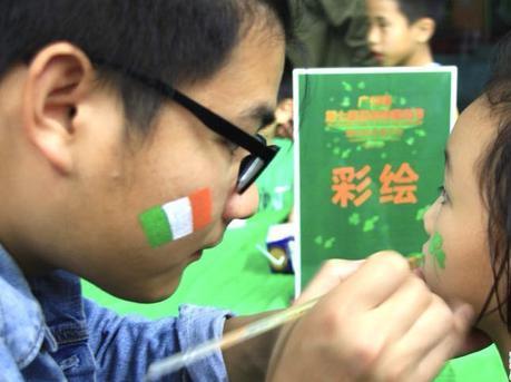 广州塔披绿衣 刮绿色旋风庆圣帕特里克节