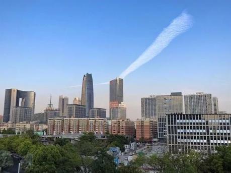 东莞影友多角度拍下壮观的机尾云