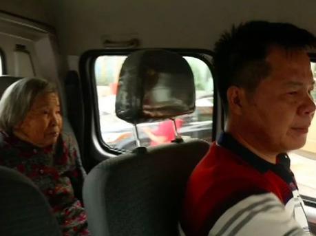 佛山50岁货车司机带91岁母亲上班