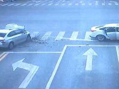 最后1秒绿灯!两车加速抢过 猛烈相撞车头粉碎
