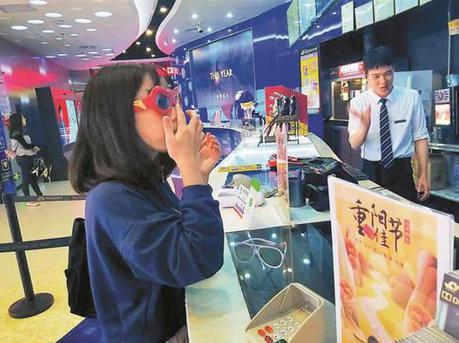 影院3D眼镜只售不租 市民吐槽:家里10多副了