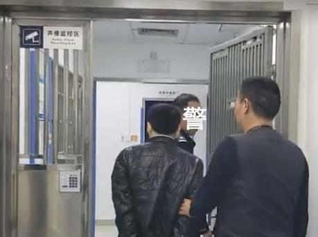 男子在深圳地铁伸咸猪手被拘留