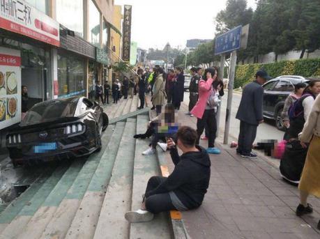 小车冲向人行道1死5伤 肇事司机严重醉驾