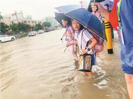 深圳昨日突发暴雨 一街道多处积水造成交通拥堵