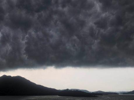 暴雨前夕高州上演科幻大片:似哥斯拉出场