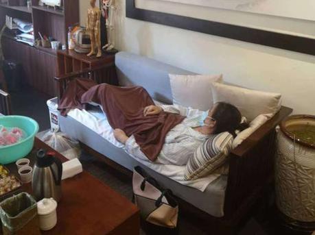 女子按摩时中风 为索要医疗费躺在店内十天