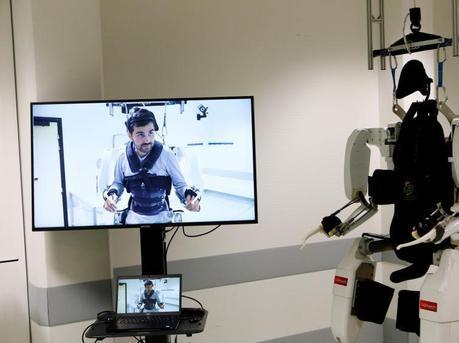 机器人帮助28岁瘫痪男子再度行走