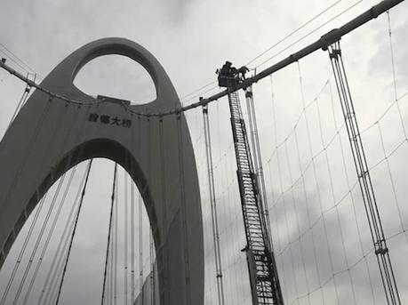 男子爬上猎德大桥欲跳桥情况危急