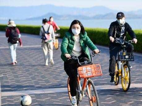 深圳市民戴口罩到海边休闲及锻炼