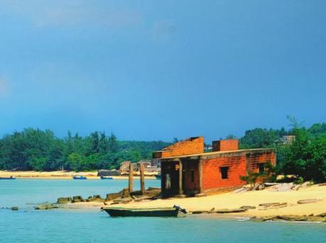 海滩就在房檐下的小渔村