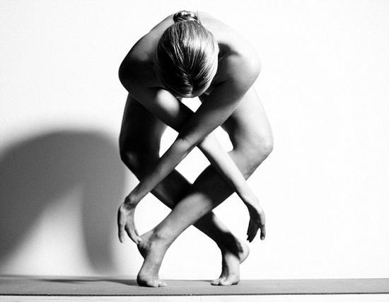 图片中25岁的女模特全裸演绎各种高难度瑜伽动作诠释了人体的艺术之