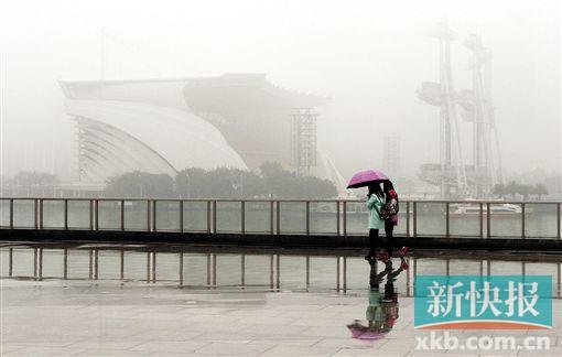 ■昨日广州雨雾天气依旧严重。新快报记者 祝贺/摄