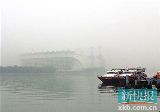 广州持续大雾天气,水巴运行受影响。新快报记者 祝贺/摄