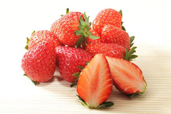 据测定,每100克草莓果肉中含有的维生素C比苹果、葡萄高7到10倍。而它的苹果酸、柠檬酸、维生素B1、维生素B12,以及胡萝卜素、钙、磷、铁的含量也比苹果、梨、葡萄高3到4倍。台湾人把草莓称为活的维生素丸,德国人把草莓誉为神奇之果,可见是不无道理的。   中医认为,草莓性凉,生津、利痰、健脾。饭后吃一些草莓,能分解脂肪,有助于消化。遇到腹胀、胃口不佳时,可在饭前吃几粒草莓,增进食欲。   Tips: 高发酵食物清单   水果:苹果、芒果、梨、西瓜、樱桃、覆盆子、龙眼、荔枝、油桃、李子等   蔬