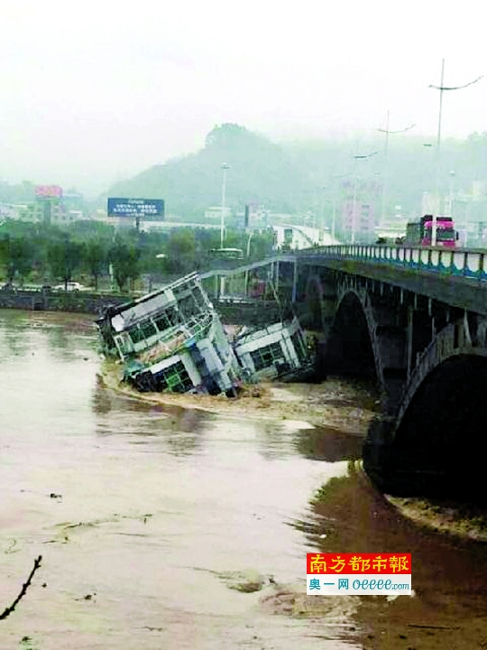船体被卡在桥洞处,在激流冲击下侧翻。通讯员 韶公宣 摄