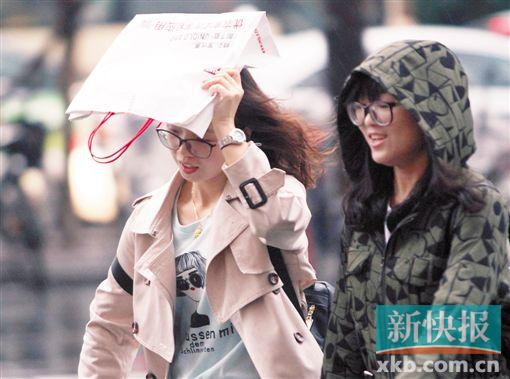■广州阴沉沉灰蒙蒙的阴雨天气持续,雨伞成了出门必带品之一。 新快报记者 祝贺/摄