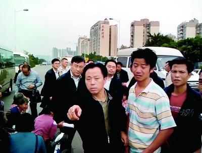 珠海市香洲区南屏镇十二村多名村民下跪向李嘉反映诉求,左图画圈处为原珠海市委书记李嘉(视频截图)