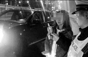 ▲3月21日晚,刘某正做呼气式酒精测试。