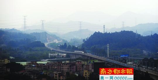 昨日下午,莞惠城轨东莞市常平东站附近,一列试运营的列车从山间缓缓驶向常平东站。南都记者 梁清 摄