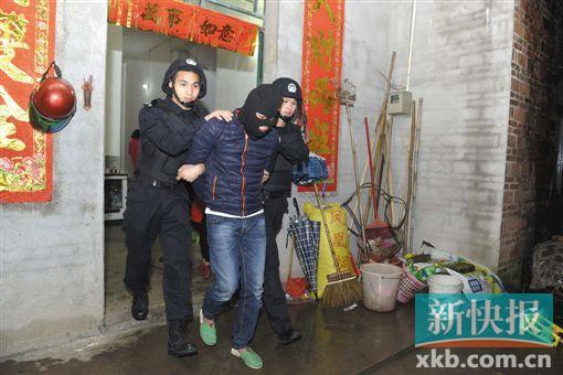 ■警方在行动中抓捕嫌疑人。通讯员供图