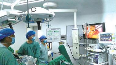 戎祯祥教授(左一) 等3D腹腔镜行右半结肠癌根治手术