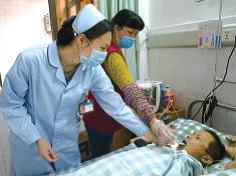 护工和护士为患者喂食