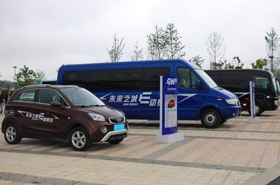 五龙集团长江汽车电动物流车与逸酷电动SUV