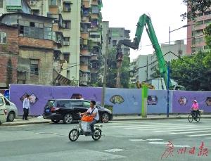 公交站围蔽,勾机进场施工。广州日报记者高鹤涛 摄