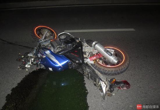 90后夫妻骑摩托车撞绿化带身亡 骑手无证2人未
