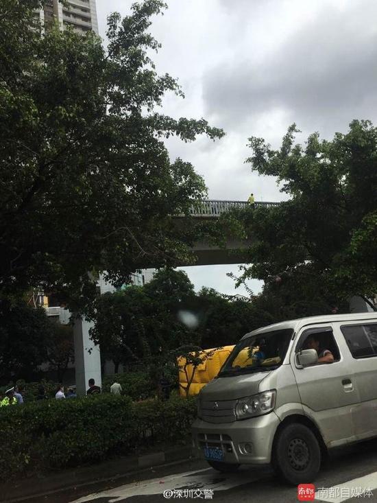 深圳男人欲跳天桥被劝下 称吸毒致房产上当家庭反面