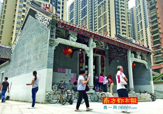 5月18日,大批杨箕村民回村拿回迁房钥匙。南都记者陈坤荣摄