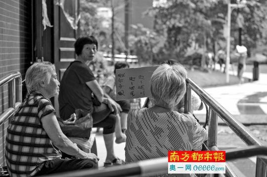 8月26日,回迁后的杨箕村,村民依然维持着以前在村口挂牌、自己拉客的方式出租房屋。
