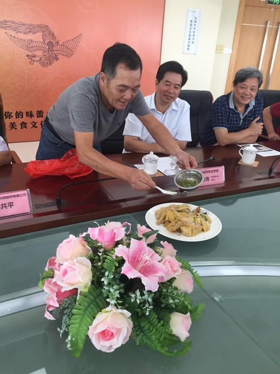"""文化节启动仪式,餐饮商家高记现场展示特别为千鸡宴创作的菜式:""""别走鸡"""""""