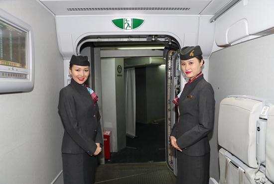 有钱又有时间的话,人生一定要体验一回卡塔尔航空A380客机的舒适豪华,在朋友圈狠狠地晒下幸福,引发朋友们土豪,我们做朋友吧!的评论点赞。2016年7月1日起,卡塔尔航空启用世界最大的商务客机A380执飞广州白云国际机场至多哈哈马德国际机场航线,带着对传闻中奢华的期待,在飞机将起飞的六小时前,卡塔尔航空邀请广州一众媒体,登上A380,在豪华的商务舱品尝了一顿毕生难忘的飞机餐,同时也被豪华的贵宾休息室以及头等舱惊到了:世家上最富国家的A380就是不一样!   卡塔尔航空A380精华部分当然是在机