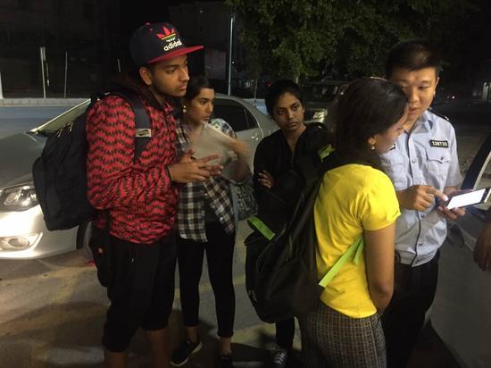 图为:罗浮山派出所民警与印度籍留学生了解有关情况。