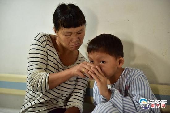 马开梅用很不灵活的手给女儿喂水