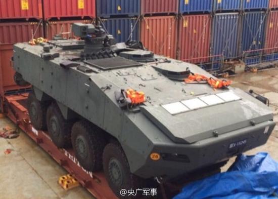 香港货柜码头现装甲车,疑似走私军火。(网络截图)