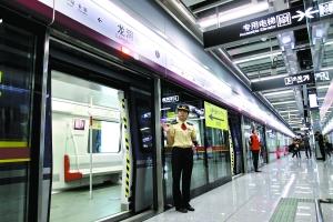 市民试乘六号线二期龙洞站至金峰站。